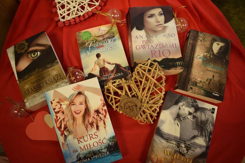 Różne książki o miłości przy serduszku wiklinowym