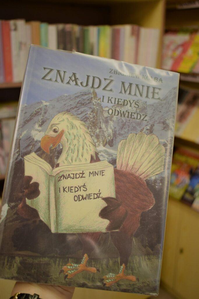 książka ZNAJDŹ MNIE I KIEDYŚ ODWIEDŹ trzymana przez orła