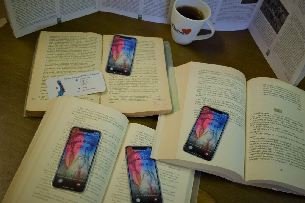 Otwarte książki z zakładkami przypominającymi telefon