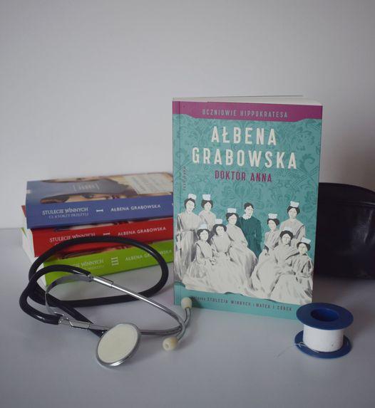 """książki w otoczeniu stetoskopu Ałbeny Grabowskiej ,,Doktor Anna"""" - zielona okładka z pielęgniarkami"""
